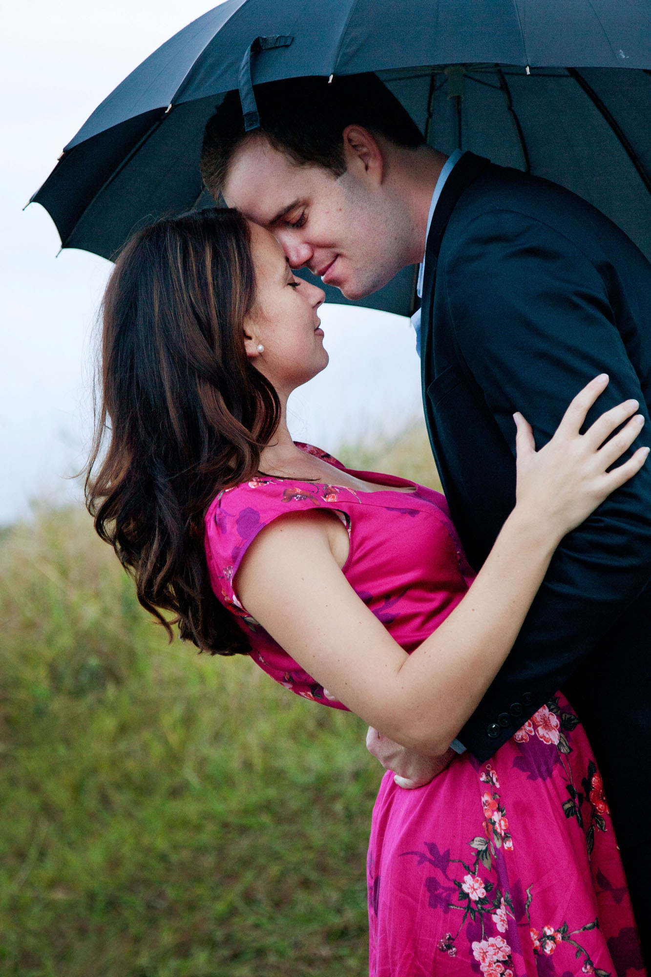 Displaying 16> Images For - Couples In Love In The Rain...